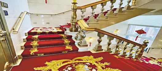 凱旋門朝日閣天際獨立屋屬3複式設計,由一條鋪上紅地氈的樓梯貫穿各樓層。(相片由代理提供)