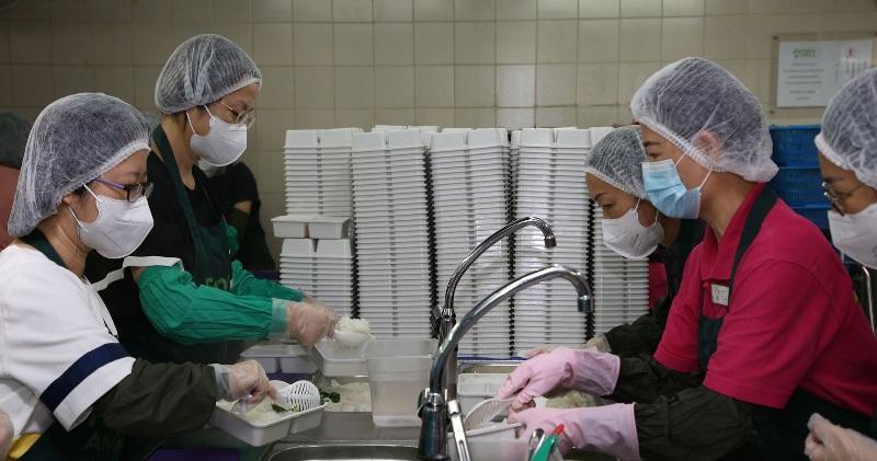 中銀香港管理層帶領義工隊參加惜食堂義工活動。