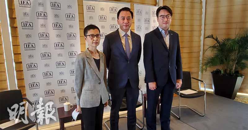 基金公會行政總裁黃王慈明(左)、基金公會主席鄒建雄(中)、中銀香港個人數字銀行產品部副總經理周國昌(右)