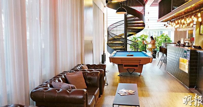翻新前擺放了酒吧高腳桌椅,改裝後興建一條旋轉樓梯接連1及2樓,並擺放桌球枱供住客玩樂。
