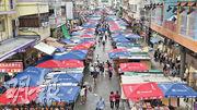 花園街排檔:近期旺角花園街出現一片紅藍兩色的傘海。