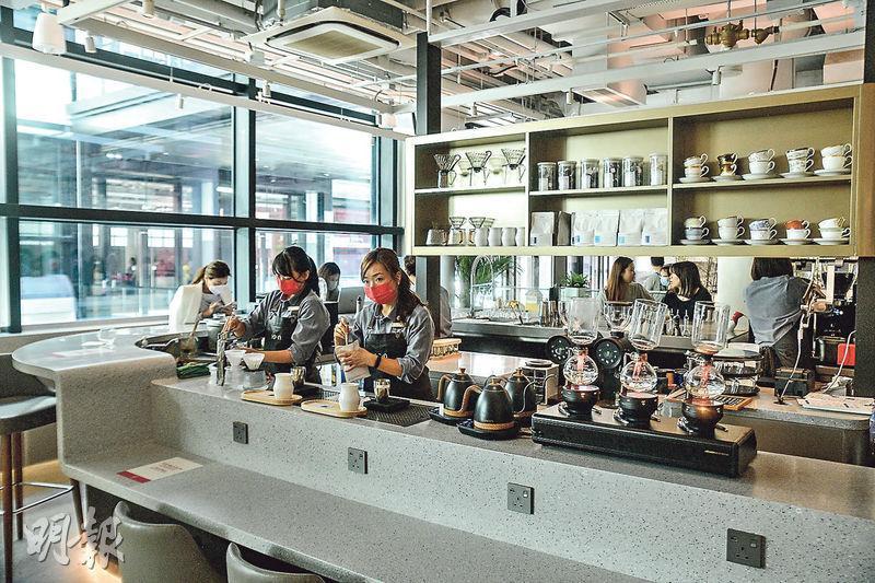 中環街市設有9間特色餐飲及生活概念店,圖中以「茶‧啡‧酒」為概念的新派茶啡酒館「I-O-N」提供富本港特色美食和輕食甜點,亦提供多款期間限定咖啡飲品。(馮凱鍵攝)