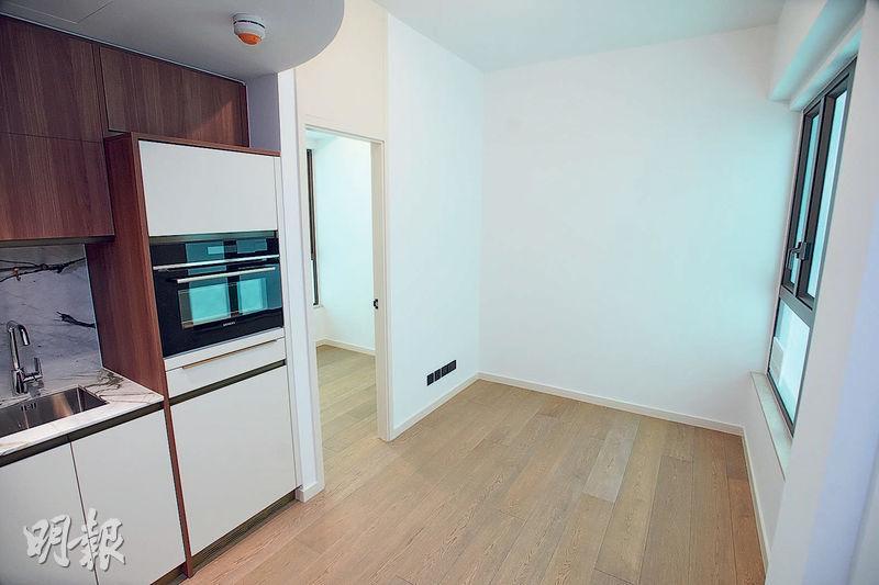 曼翹1房示範單位以18樓A室為藍本,實用232方呎,採套廁設計;客飯廳間隔方正,附有開放式廚房。