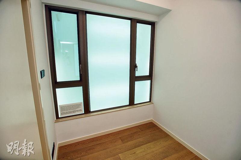 睡房間隔方正實用,有助家俬擺位;亦設有大窗戶,增強單位採光度。