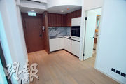 1房單位設有開放式廚房,以啡木色及白色為主色調,另外亦附有西門子的廚房電器。