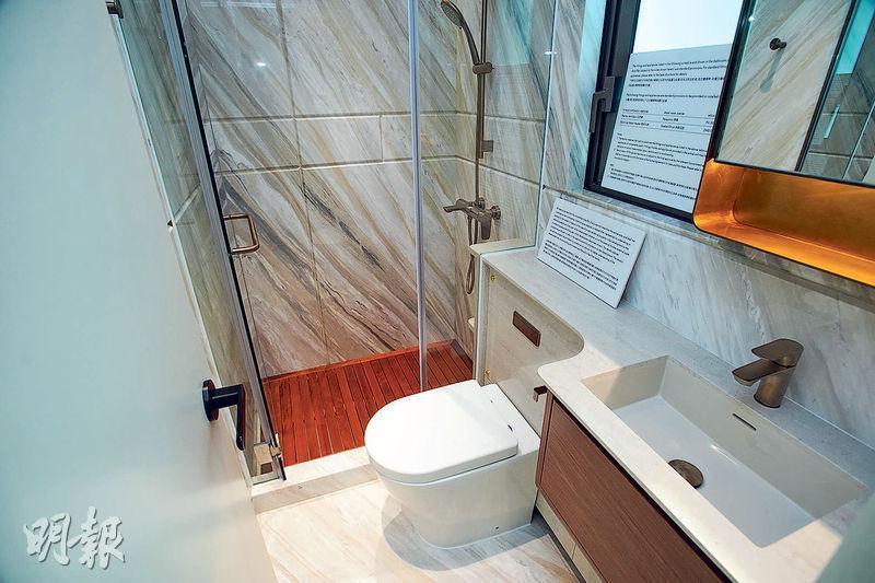 浴室鋪雲石面,淋浴間用木地板,以達至防滑去水作用,設有窗戶、屬「明廁」。