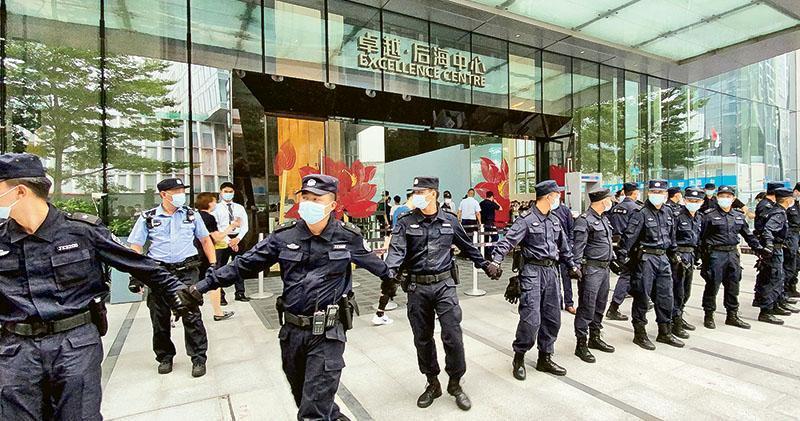 恒大財富因為未能夠兌付逾期的理財產品,有投資人發起行動,逕自前往恒大位於深圳後海的總部大樓抗議,恒大更急召60名保安組成人鏈,保護大樓設施。