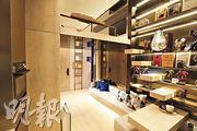 閣樓下方屬客飯廳,置有一張二人梳化及小飯桌。(李紹昌攝)