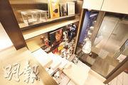 由於寢區設於閣樓上,設計師將木造樓梯與飾品櫃合併。(李紹昌攝)