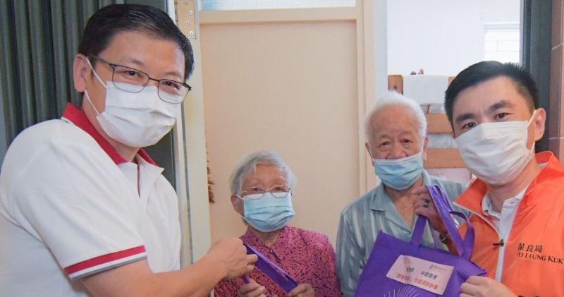 中銀香港副董事長兼總裁孫煜(左一)及保良局主席林潞(右一)帶領義工隊探訪慰問了住在鄰近地區的長者,並送上佳節祝福及福袋。