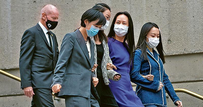 據路透報道,孟晚舟(右二)今料獲美「延期起訴」,意味她將可離加拿大返國。