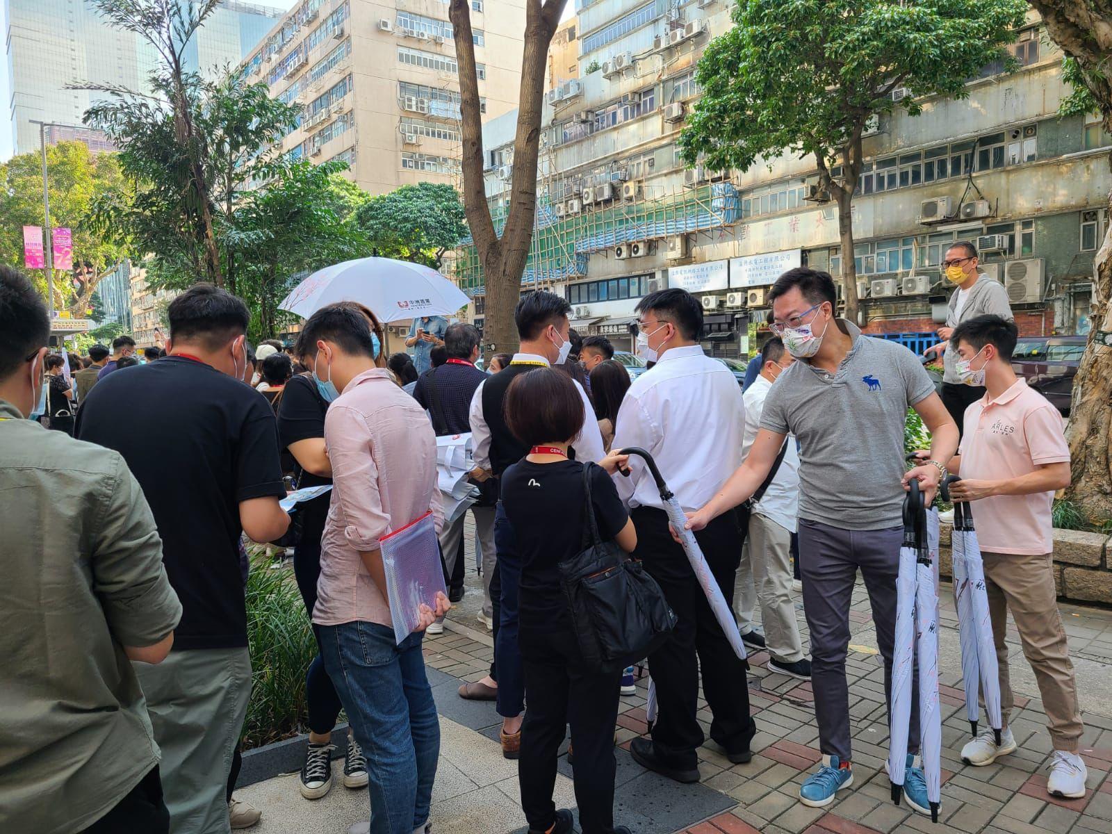 中洲置業行政總裁陳志興(灰色衫)