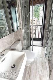 浴室連接工作平台,能保持空氣流通,減少室內發霉問題。(劉焌陶攝)