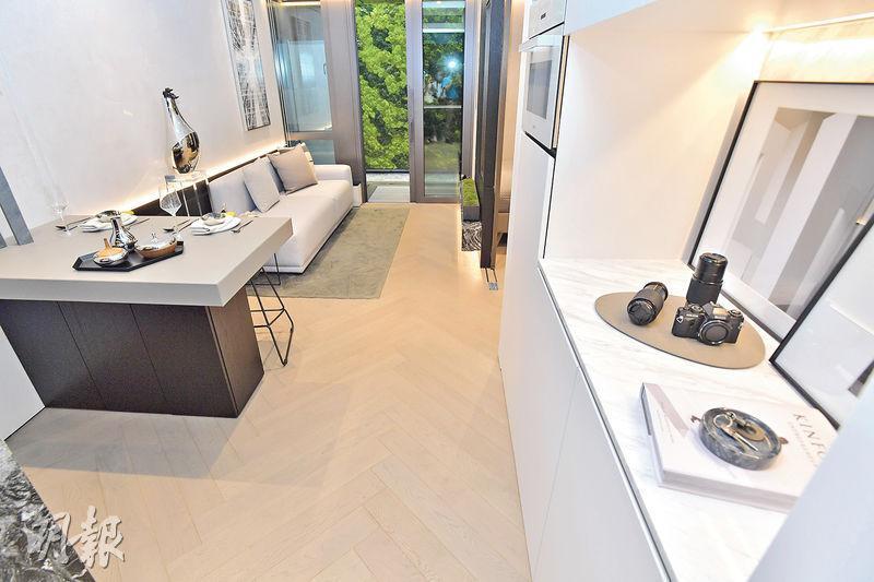 火炭星凱.堤岸1房連裝修示範單位以1座28樓B室為藍本,實用面積337方呎,開放式廚房旁置有高身灰色飯枱,可作用饍或處理食材。(劉焌陶攝)