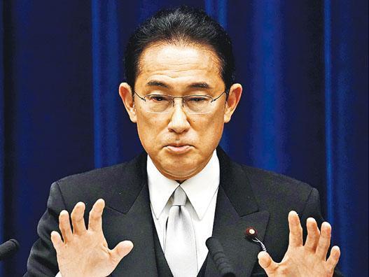 日本新任首相岸田文雄考慮上調資本利得稅,在日本股市掀起「岸田震盪」。日經指數截至周三已連跌8天,是2009年以來最長跌浪。圖為岸田本周一出席新聞發布會。(路透社)