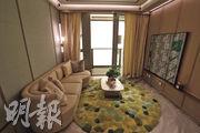 面積逾200方呎的大廳,以木身及淺灰色作主調,加上淺綠色的裝飾,單位感覺自然柔和。