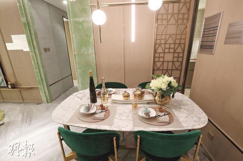 飯廳放置了雲石4人餐桌,配以設計具特色的燈飾,高雅時尚。