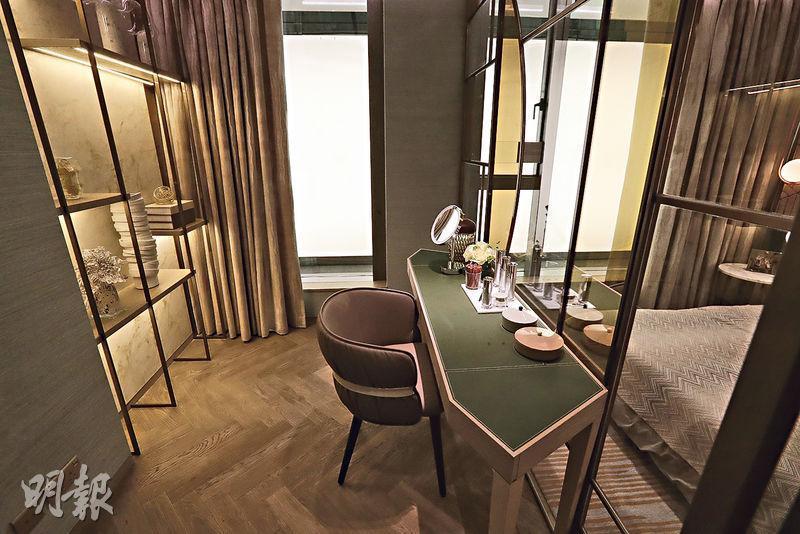 發展商把單位間隔稍作修改,毗鄰的房間變身成主人套房內的工作區,並以玻璃分間工作區與休息區。