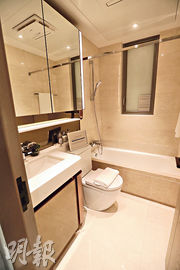 兩個洗手間均設通風窗,讓陽光及空氣進入室內。