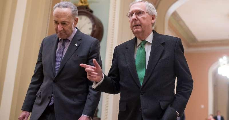 美國參議院多數黨領袖舒默(Chuck Schumer)(左)與共和黨領袖麥康奈爾(Mithc McConnell)(右)