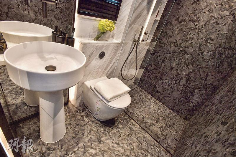 單位浴室屬套廁設計,設於睡房內;統一採用深色雲石面鋪砌牆身及地板,另用上純白色調坐廁及圓形洗手盆,感覺型格時尚。(林靄儀、劉焌陶攝)