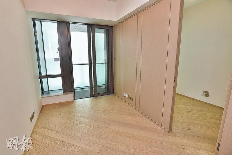 1房交樓標準示範單位,睡房與客廳之間的牆身用上薄身的木飾面牆,方便日後改變間隔,亦可節省空間。(林靄儀、劉焌陶攝)