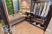 1房示範單位睡房連套廁,其中與客廳之間的牆身,改用黑色玻璃面分隔,增強單位空間感。(林靄儀、劉焌陶攝)