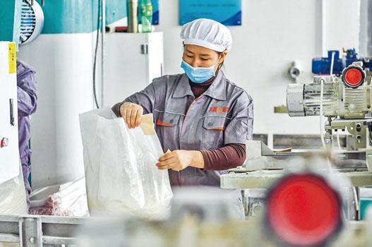 IMF把中國內地的經濟增長預測下調至8%。圖為位於新疆的工業生產廠房。(中新社)
