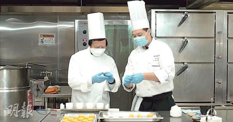 郭炳江(左)向酒店大廚陳師傅學習「整餅」,製作出一批低糖月餅派發予4000個基層家庭。