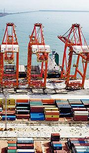 中國9月錄得貿易順差667.6億美元,今年首三季中國出口總額按年上升33%,而鋼材、稀土等相關商品出口總額按年增逾倍。圖為山東日照港。(新華社)