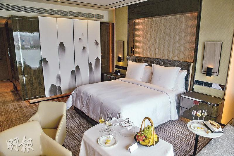 配合staycation熱潮,客房由原本商務風格,透過客廳飾架、多用途餐桌等細節,增添家居感。(馮凱鍵攝)