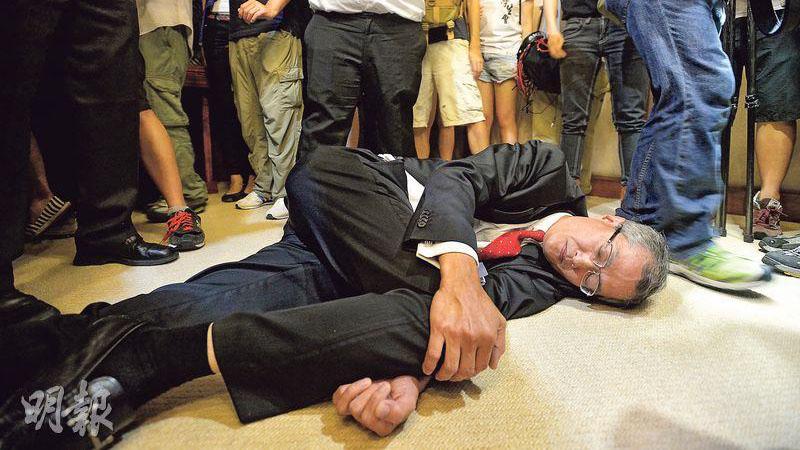 學生昨闖入校委會會場時,盧寵茂突然跌倒。(明報資料圖片)