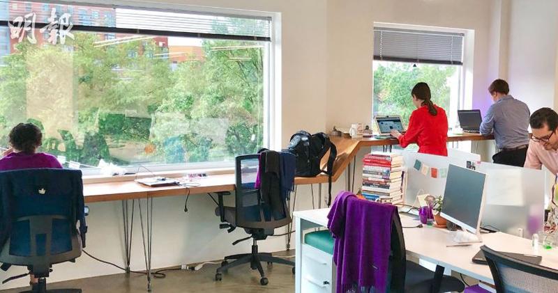 研究發現,站立式工作枱可能有助提高工作表現。(Twitter)