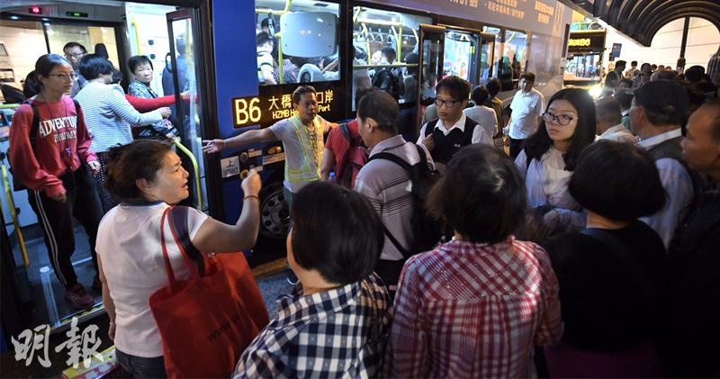 上周六(10日)東涌巴士站迫滿乘客。(明報資料圖片)