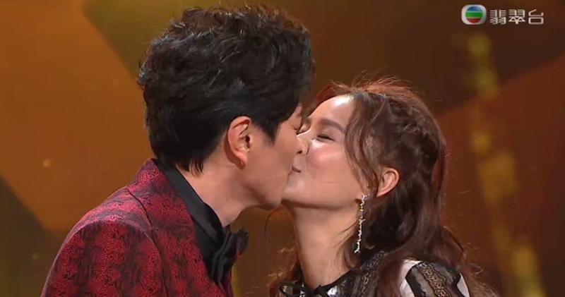 蕭正楠公布喜訊後,台上與太太黃翠如咀嘴。(無綫電視網上截圖/明報製圖)