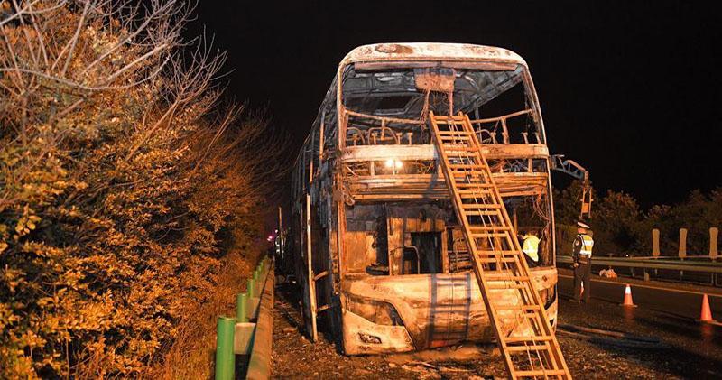 圖為起火的旅遊巴士。(新華社)