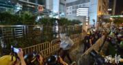 政府:強烈譴責示威者包圍中聯辦塗污國徽