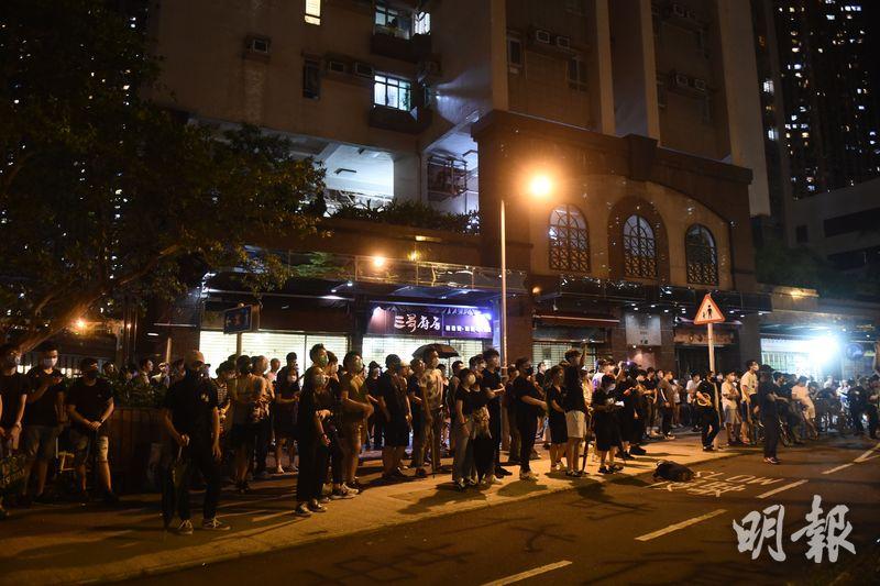 一批示威者晚上包圍馬鞍山警署,要求警方釋放被捕者。(梁銘康攝)