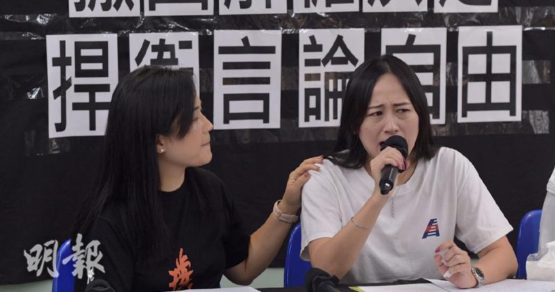 港龍航空公司空勤人員協會主席施安娜(右)在記者會上親述被解僱的情況並多次落淚。圖左為職工盟主席吳敏兒(楊柏賢攝)