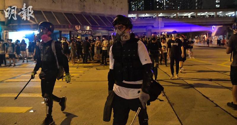 防暴警一度在街上佈防,示威者離遠照射警員。(馮凱鍵攝)
