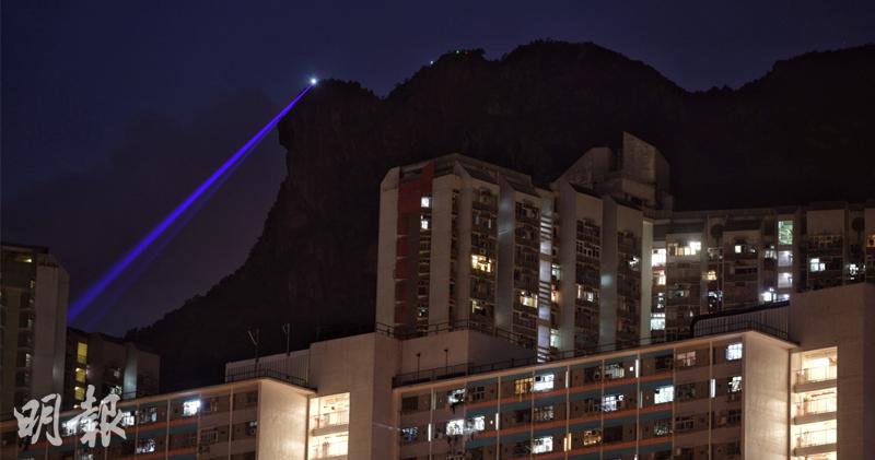 晚上未到8時,已有市民組成人鏈登上獅子山,並從「獅子頭」以激光照向市區。(鍾林枝攝)