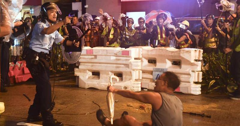 警方昨晚首次在處理反修例衝突中發射實彈向天開槍,又曾踢向一名跪地哀求警方不要開槍的男子。