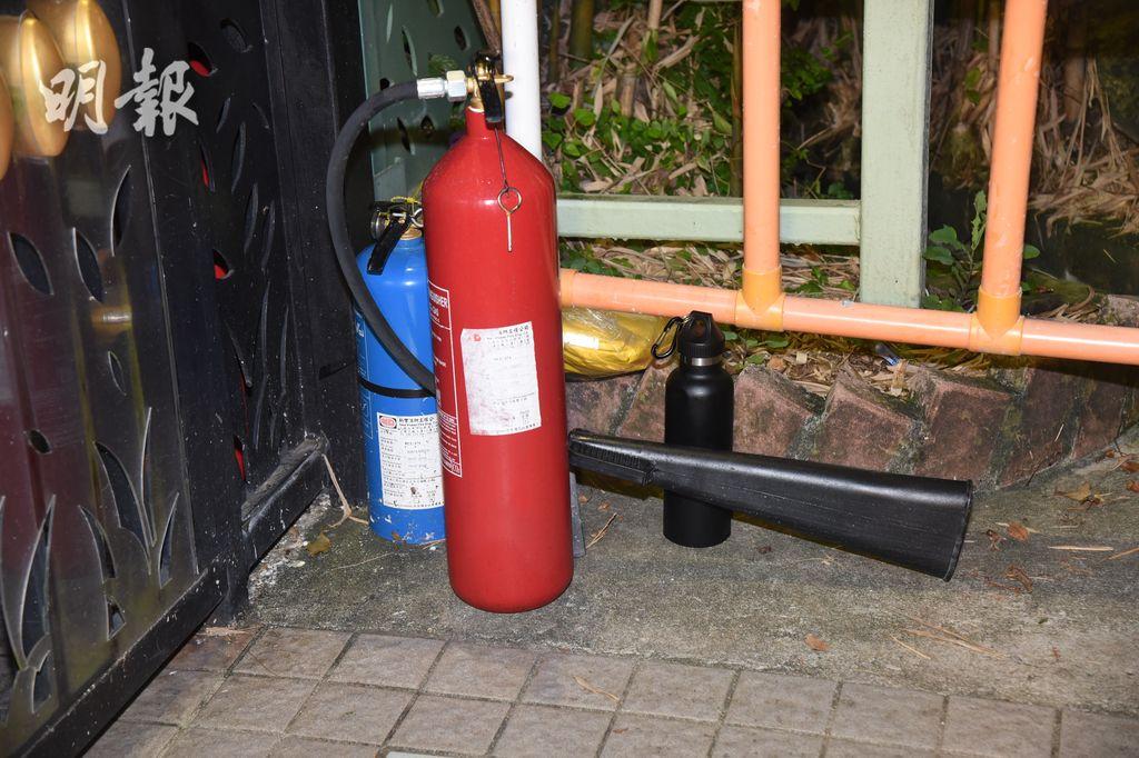保安取出滅火筒將火救熄及報警。(蔡方山攝)