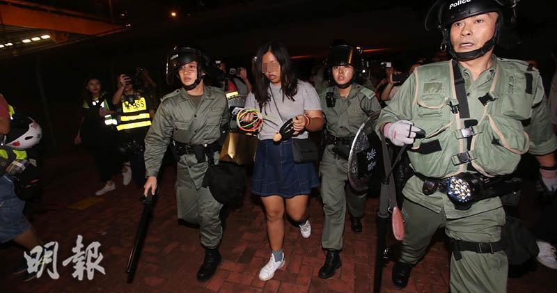 在紅磡,一名女子被捕。(樊銳昌攝)