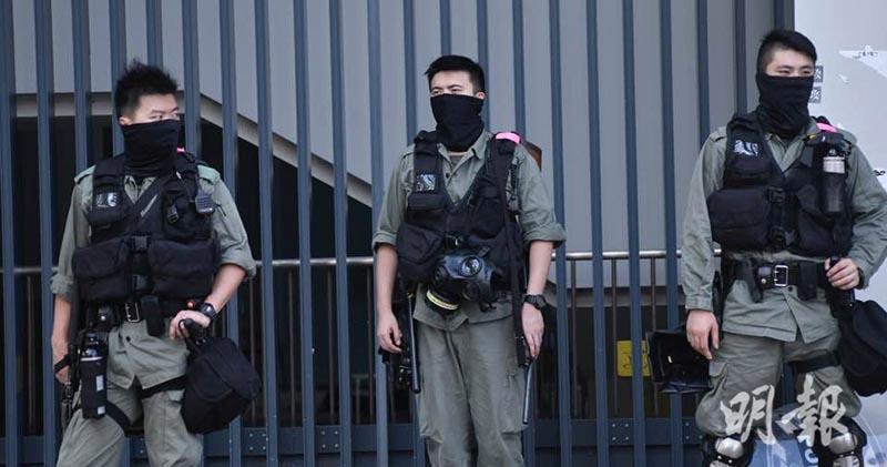 有警員今午(4日)在立法會外駐守戒備。(馮凱鍵攝)