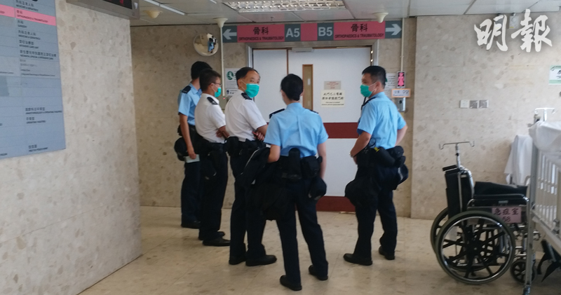 中午12時,5名軍裝警員到瑪嘉烈醫院女骨科病房,逗留約15分鐘;現時病房外有警員及保安駐守。(林智傑攝)