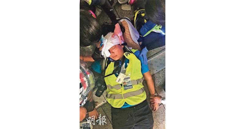 上月29日,Veby Mega Indah在灣仔行人天橋上直播採訪示威活動時,疑遭警員射中近右眼位置,受傷倒地。(資料圖片)