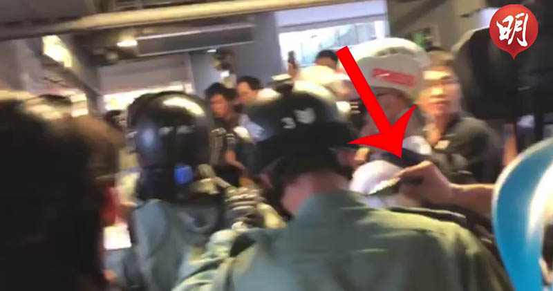 在觀塘站,有防暴警察被人用利器插頸。(艾博瑜攝)
