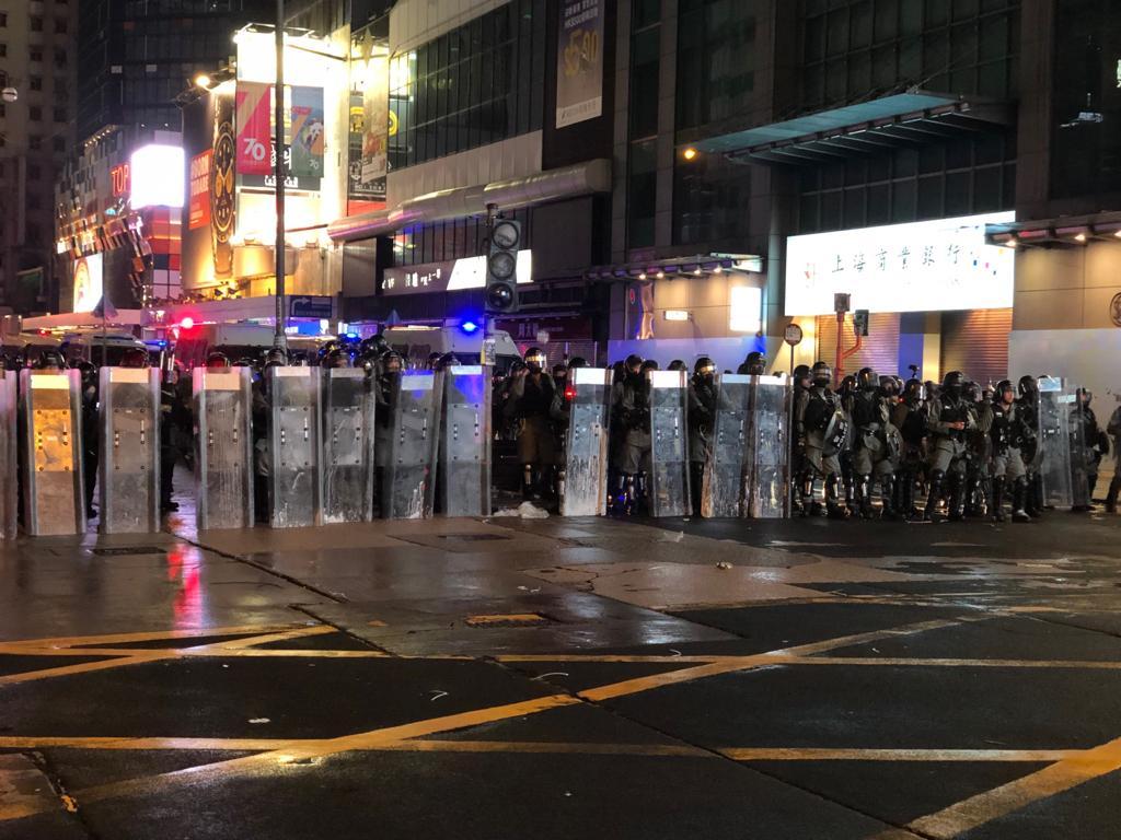 阬暴警在旺角道彌敦道交界築起防線。(梁享南攝_