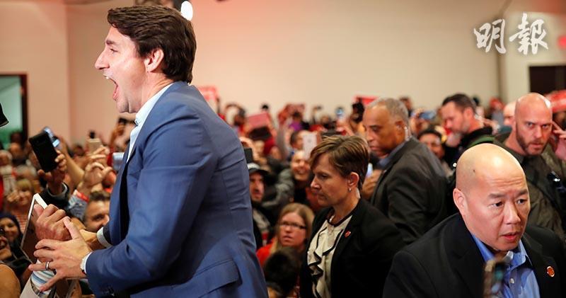 加拿大總理杜魯多在米西索加市(Mississauga)出席選舉造勢大會時,被拍到疑似在西裝下穿上防彈衣。(路透社)